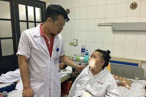 Đang đi mua thuốc uống, cụ bà 88 tuổi ở Hà Nội bị chó xô ngã, cắn lóc da tay