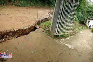 Hòa Bình: Di dời khẩn cấp 8 hộ dân, cấm đường vì sạt lở đất nghiêm trọng