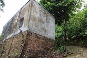 Hòa Bình: Thêm nhiều ngôi nhà đổ nghiêng nguy cơ rơi xuống sông Đà