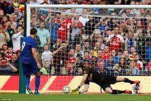 Petr Cech giúp Arsenal hạ Chelsea sau màn 'đấu súng'