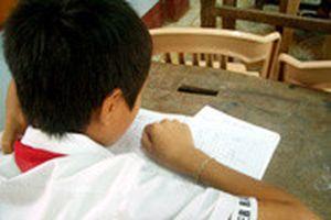Học sinh lớp 6 tăng ca học... đánh vần !