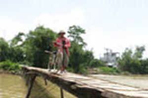 Chênh vênh một cây cầu sông Nhuệ