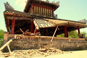 Phu Văn Lâu trước kinh thành Huế bị sụp