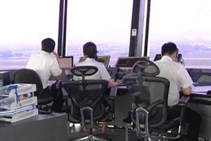 Buộc nghỉ việc 10 kiểm soát không lưu kém tiếng Anh