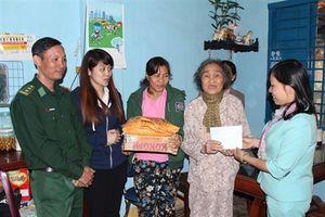 Đồn BP Cầu Bóng tặng quà cho các gia đình chính sách và hộ nghèo