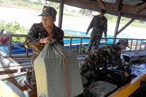 Đồn BP Vĩnh Ngươn bắt giữ vụ vận chuyển 6.000 gói thuốc lá ngoại nhập lậu
