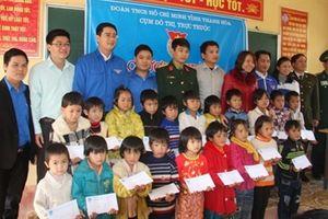 Tặng 165 suất quà cho học sinh nghèo vùng cao biên giới