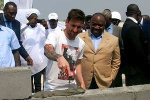Messi mặc quần đùi, trổ tài làm thợ xây