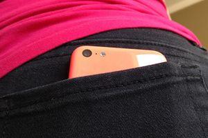 Giữ điện thoại trong túi quần có thể gây vô sinh
