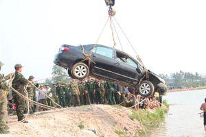 Thương tâm: Ô tô lao xuống hồ chìm nghỉm, giám đốc và lái xe tử vong