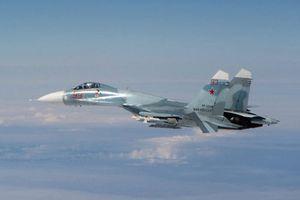 Ảnh căng thẳng tiêm kích Typhoon Anh đánh chặn Su-27 Nga