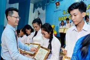 Đạm Cà Mau trao học bổng 300 triệu đồng cho học sinh cấp 3