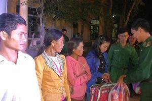 Giao lưu văn nghệ và tặng quà cho nhân dân biên giới xã Ba Tầng