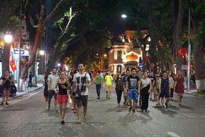 Trong mùa hè, phố đi bộ Hà Nội chỉ mở tối cuối tuần