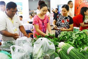 Giá thực phẩm giảm mạnh: Siêu thị hút khách, chợ vắng người mua