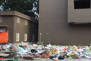 Núi rác 'ngập' tòa chung cư: Phải phạt chủ đầu tư bao nhiêu tiền?