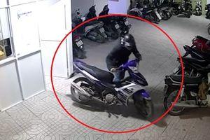 Trộm 2 xe máy Exciter ở chung cư trong 15 phút