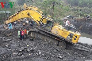 Giải cứu máy xúc 85 tấn bị chôn dưới bùn ở Quảng Ninh