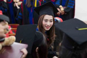 Hoa hậu Đặng Thu Thảo rớm lệ nhớ về tuổi thơ nghèo khổ trong ngày tốt nghiệp đại học