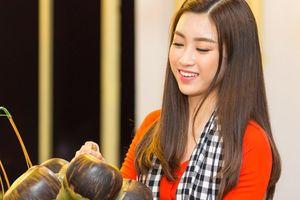 Hoa hậu Mỹ Linh mặc áo bà ba, tập tráng bánh ướt