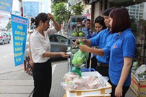 Thịt ngon rẻ, người Hà Nội vác cả chục cân về ăn dần