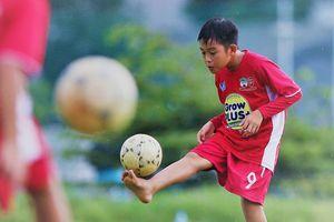 Cầu thủ nhí đá bóng chân đất tại Học viện NutiFood JMG TP.HCM