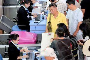 Khách Trung Quốc 'ăn vạ' ở sân bay, không chịu về nước