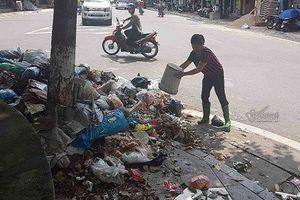 Kinh hoàng: Rác ngập thị xã Sơn Tây, tràn đến cửa trụ sở phường