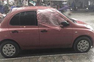 Chiếc áo mưa che cửa ô tô và câu chuyện ấm lòng người