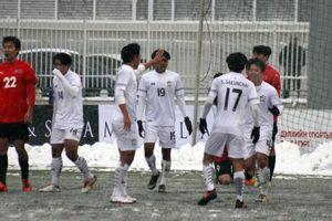 Tuyết phủ trắng sân, U19 Thái Lan đá bóng như tàng hình