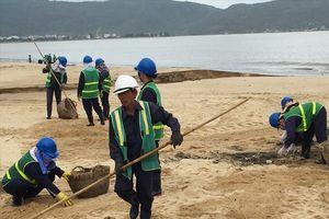 Hàng trăm tấn rác ngập bãi biển Quy Nhơn sau bão 12