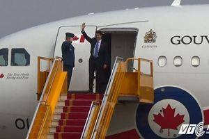 Thủ tướng Canada xuống sân bay Nội Bài, vẫy tay chào Việt Nam