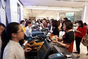 Cửa hàng thời trang Zara đầu tiên ở Hà Nội đông nghịt khách chờ thanh toán