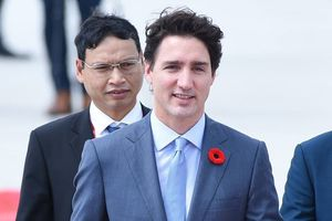 Thủ tướng điển trai nhất thế giới tươi cười rời chuyên cơ