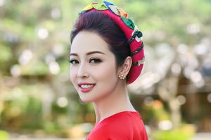 Jennifer Phạm diện áo dài đỏ rực rỡ trong đêm tiệc chiêu đãi tại APEC