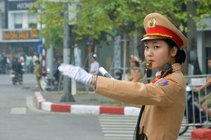 'Bóng hồng' CSGT điều tiết giao thông cho đoàn xe Tổng thống Mỹ ở Hà Nội