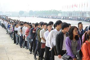Hàng nghìn thí sinh xếp hàng dự tuyển vào Samsung Việt Nam