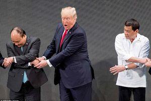 Tổng thống Mỹ Trump bối rối khi lần đầu 'bắt tay kiểu ASEAN'