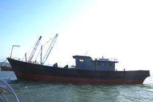 Tàu 'ma' trôi dạt trên biển