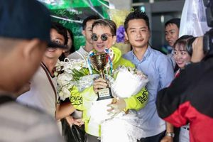 Thất bại ở MTV EMA 2017, Đàm Vĩnh Hưng được fan an ủi bằng cúp vàng tự chế