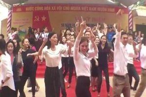 Thầy cô giáo Nghệ An cùng học trò 'quẩy' tung sân trường