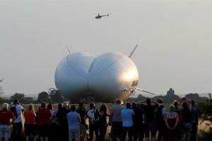 Khinh khí cầu lớn nhất thế giới rơi ở Anh