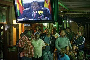 Tổng thống Zimbabwe chấp nhận từ chức để giữ khối tài sản tỷ USD