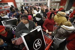 Người tiêu dùng Mỹ xếp hàng đón Black Friday