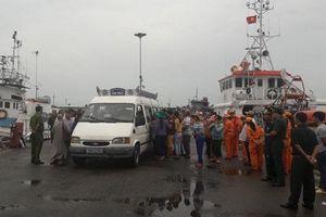 Đưa thi thể thuyền viên tàu cá Bình Định bị chìm về bờ