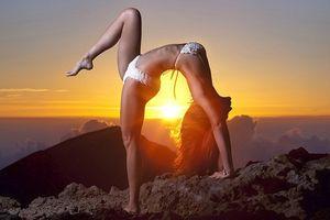 'Nữ thần yoga' Michelle khoe đường cong gợi cảm với những bài tập khó