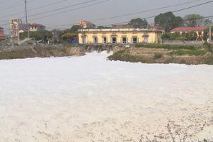 Nước sông Nhuệ ô nhiễm biến kênh tưới tiêu thành 'sông tuyết' hôi thối