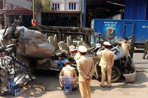 Sơn La: Va chạm kinh hoàng giữa xe du lịch và xe tải, 14 người thương vong