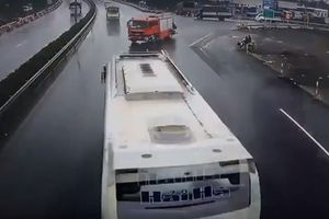 Xe cứu hỏa có sai luật khi đi ngược chiều trên cao tốc?