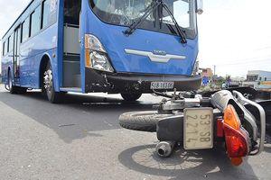 Băng qua đường Phạm Văn Đồng, bị xe buýt tông văng 10 m